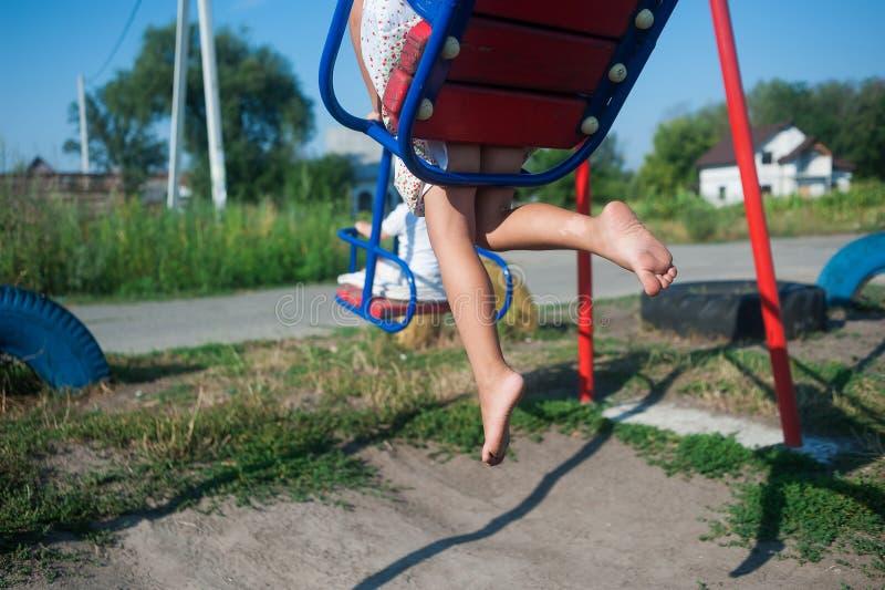 Den lilla flickans ben som rider en sväng fotografering för bildbyråer