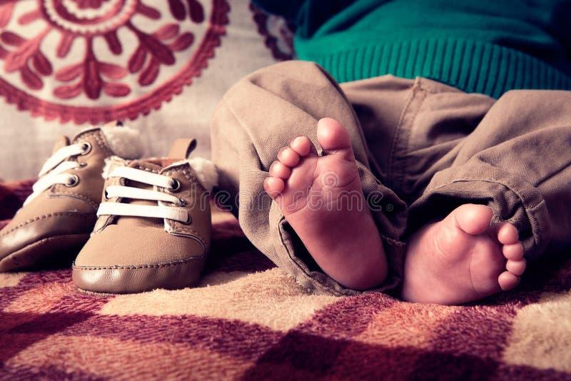 Den lilla foten av behandla som ett barn royaltyfria bilder