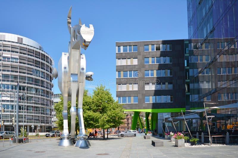 Den lilla fyrkanten som var främst av modern byggnad för akademi för tryckmassmedia med stålskulpturhästen, kallade 'S-utskrift a royaltyfri bild