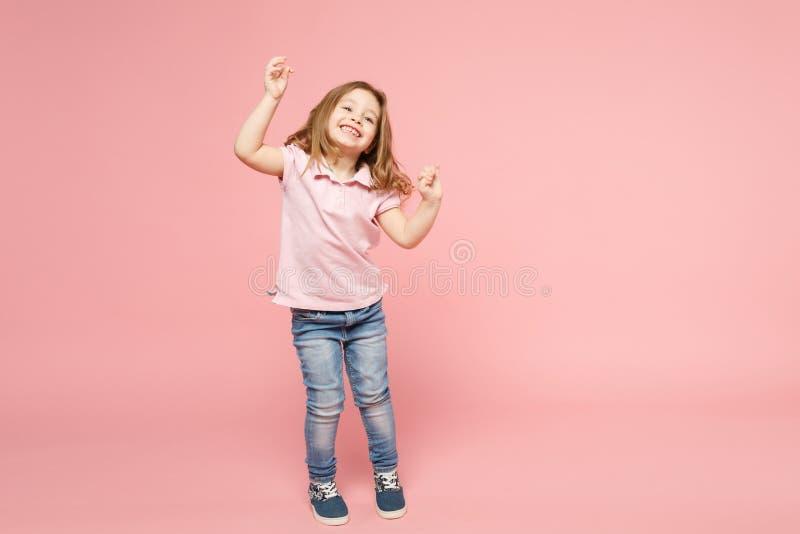 Den lilla gulliga barnungen behandla som ett barn flickan 3-4 år gammal bärande ljus kläderdans som isoleras på pastellfärgad ros fotografering för bildbyråer