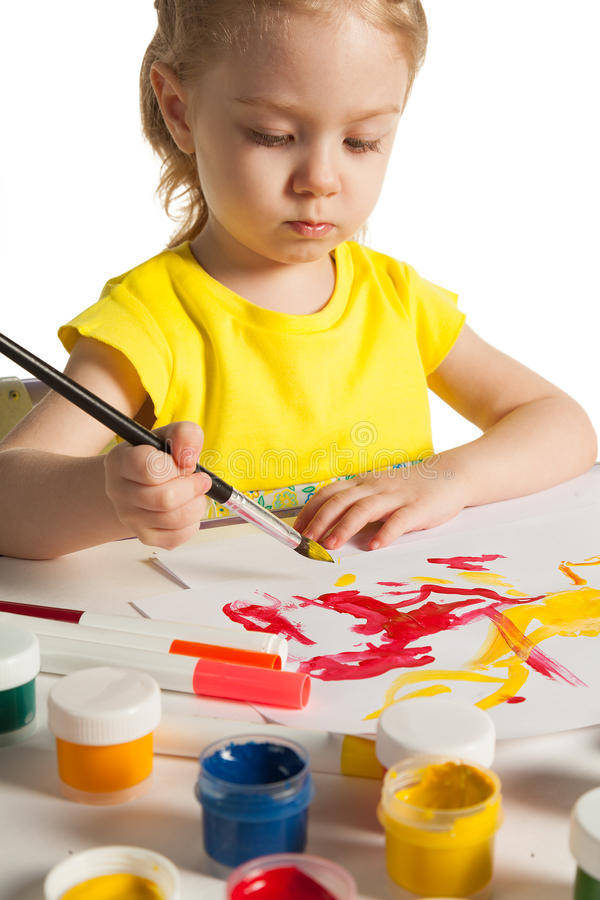 Den lilla gulliga flickan gör målning under kurs av konst, på vit bakgrund royaltyfria foton