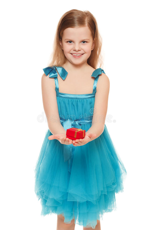 Den lilla gulliga flickan i blått klär rymma en gåvaask som isoleras på den vita bakgrunden royaltyfria bilder