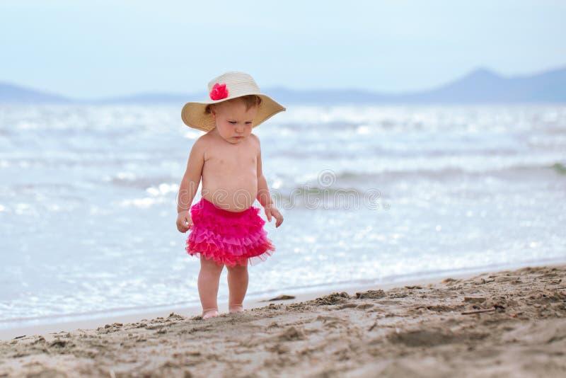 Den lilla gulliga lyckliga flickan badar i havet, Italien som är utomhus- royaltyfri foto