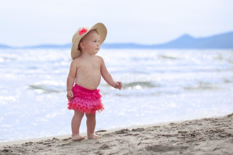 Den lilla gulliga lyckliga flickan badar i havet, Italien som är utomhus- royaltyfri fotografi