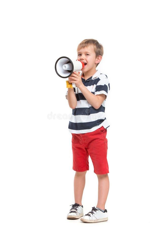 Den lilla gulliga ungen behandla som ett barn pojkeinnehavet i hand och att tala i elektronisk grå megafon arkivbilder