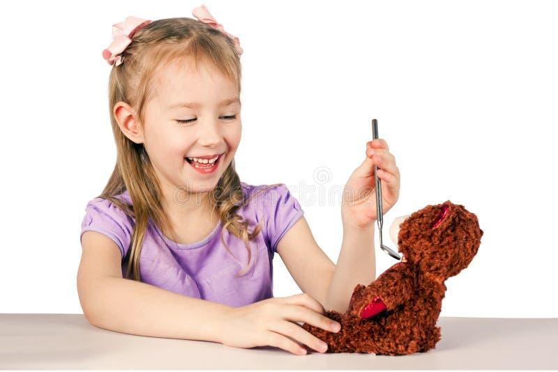Den lilla härliga flickan spelar doktorn royaltyfri bild