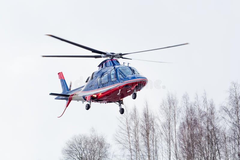 Den lilla helikoptern ankom på flygplatsen royaltyfria foton