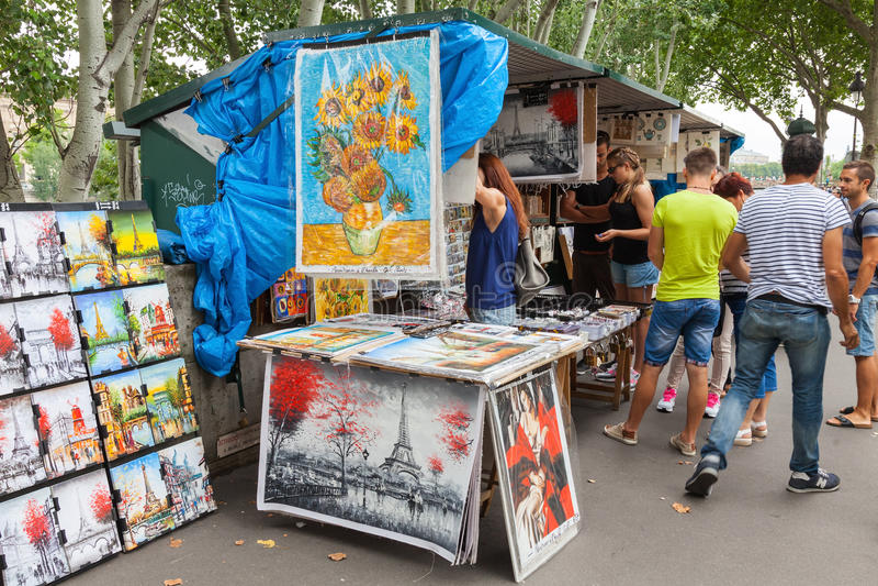 Den lilla konst och souvenir shoppar i Paris, Frankrike arkivbilder