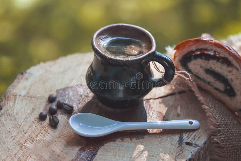 Den lilla koppen fyllde med svart varmt kaffe tidigt på morgonen royaltyfri bild