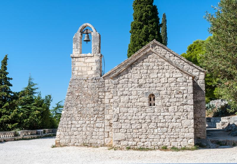 Den lilla kyrkan på den Marjan kullen nära delar, Dalmatia, Kroatien royaltyfria bilder