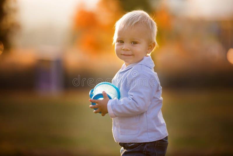Den lilla litet barnpojken, äter torra frukter från en smart mellanmålask med s royaltyfri bild