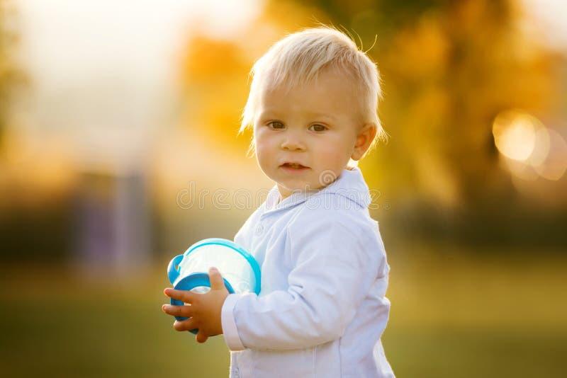 Den lilla litet barnpojken, äter torra frukter från en smart mellanmålask med s royaltyfri fotografi