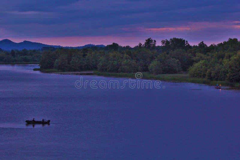 Den lilla Maumelle floden från två floder parkerar bron fotografering för bildbyråer