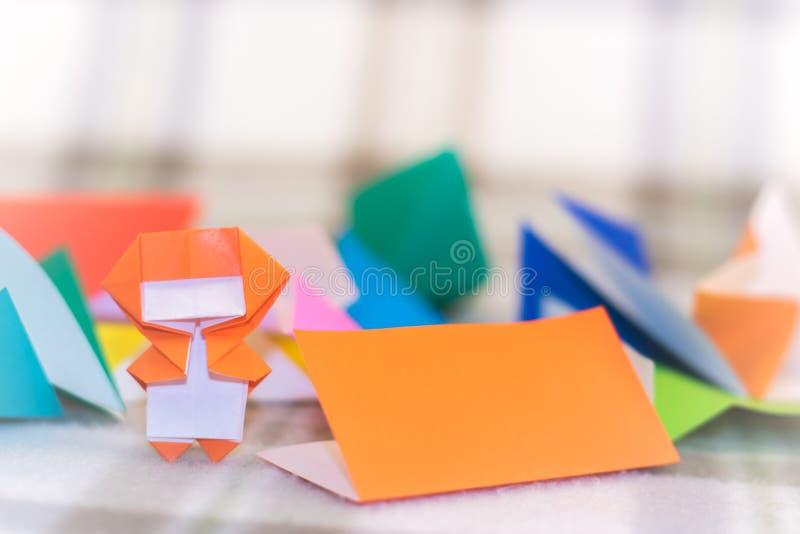 Den lilla Ninjaen Kid undervisar hur man spelar origami fotografering för bildbyråer