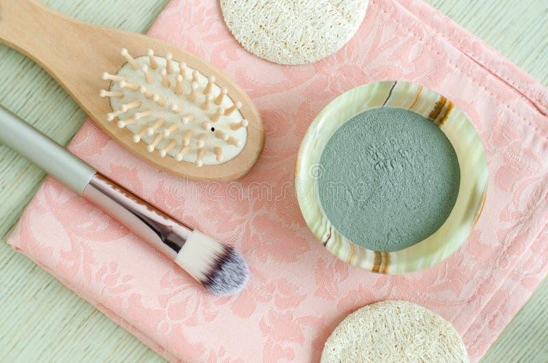 Den lilla onyxbunken med blått/grönt kosmetiskt lerapulver för att förbereda den ansikts- maskeringen/skurar/kroppsjalen Hemlagad royaltyfri bild