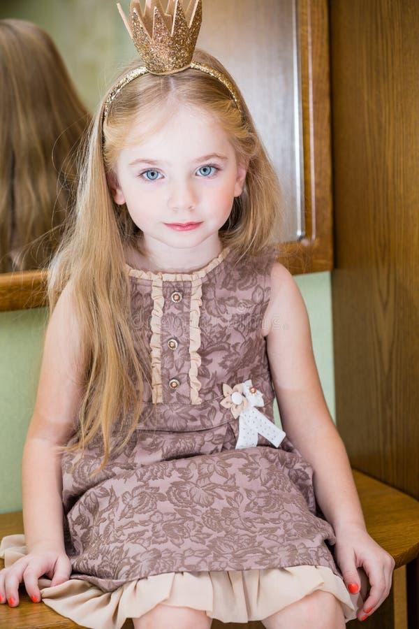 Den lilla prinsessan med den near spegeln för krona royaltyfria foton