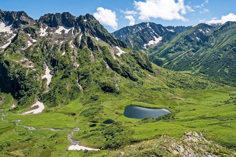 Den lilla sjön, även i vinter, vattentemperaturen är + 30 grader Dalen av Geysers ovanför sikt arkivbild