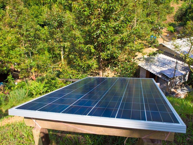 Den lilla solpanelen installerar på kullen arkivbilder