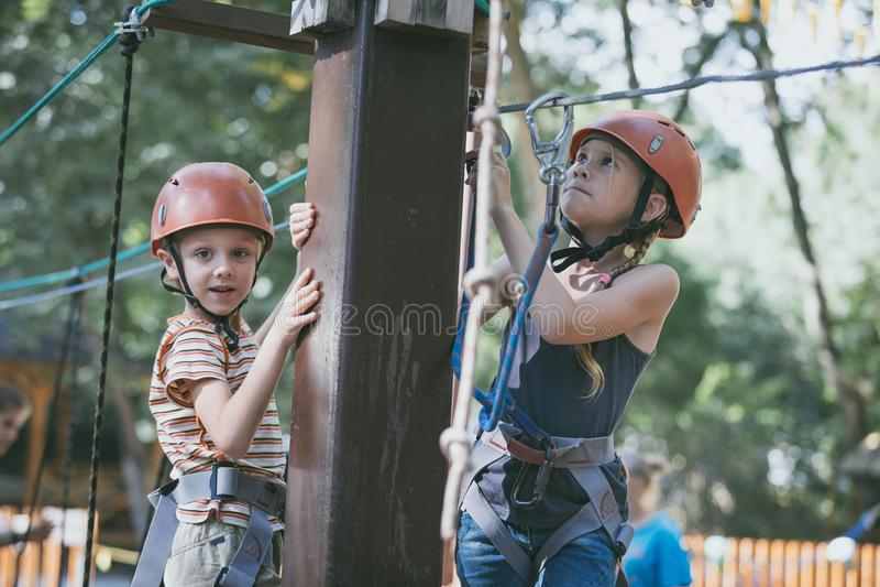 Den lilla syskongruppen att göra att klättra i affärsföretaget parkerar royaltyfri foto