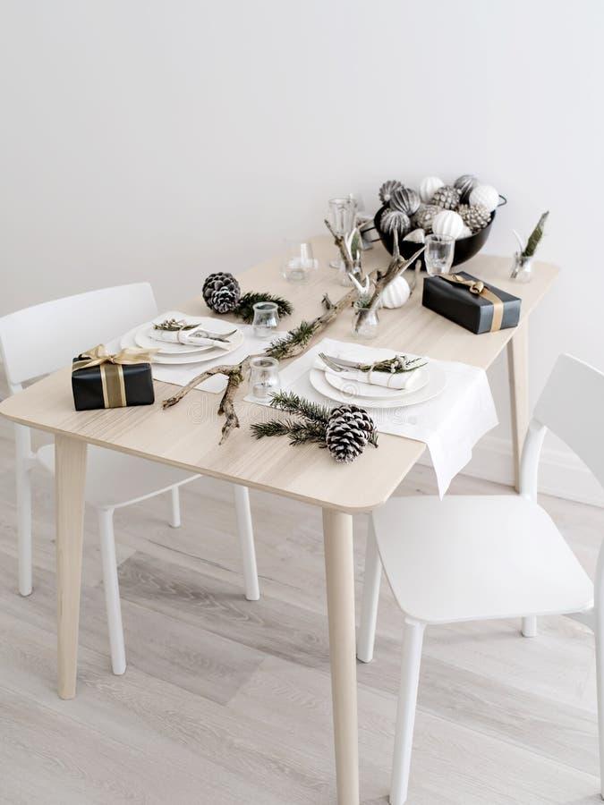 Den lilla tabellen för par ställde in för beröm för nytt år royaltyfri fotografi