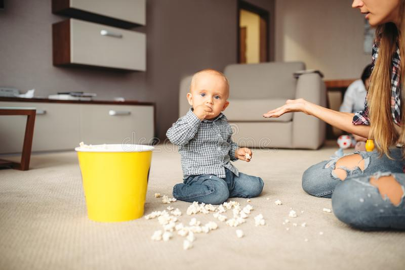 Den lilla ungen spillde popcorn, moderskapproblem royaltyfria bilder