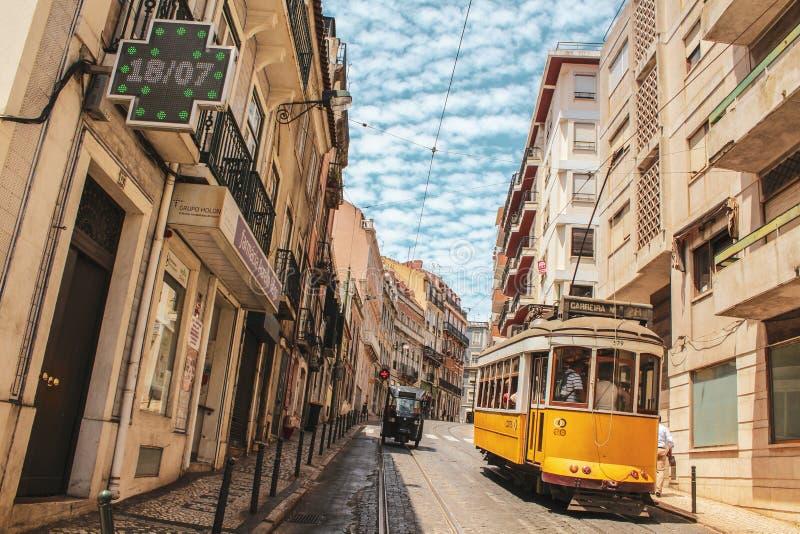 Den Lissabon gatan och spårvagnen i Lissabon royaltyfri bild
