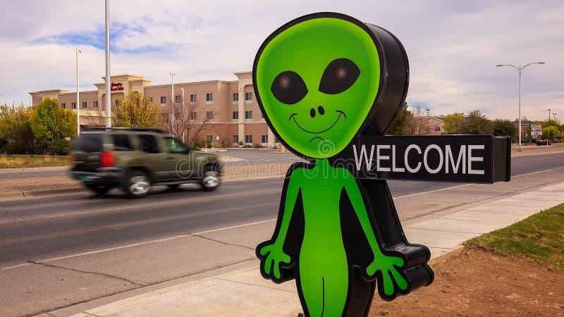 Den litet gröna främlingen och välkommet undertecknar in Roswell som är ny - Mexiko royaltyfria foton