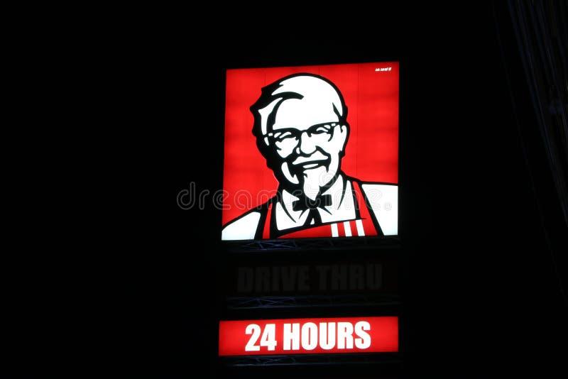 Den ljusa asken av KFC drev shoppar igenom på natten, 24 timmar service Kentucky stekt kyckling är original- en amerikansk snabbm arkivfoto