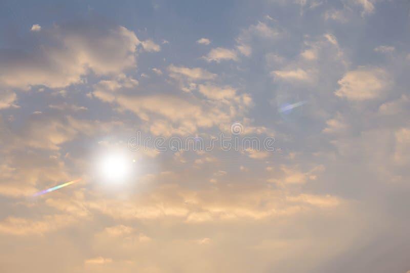 Den ljusa blåa himlen under solen royaltyfria foton
