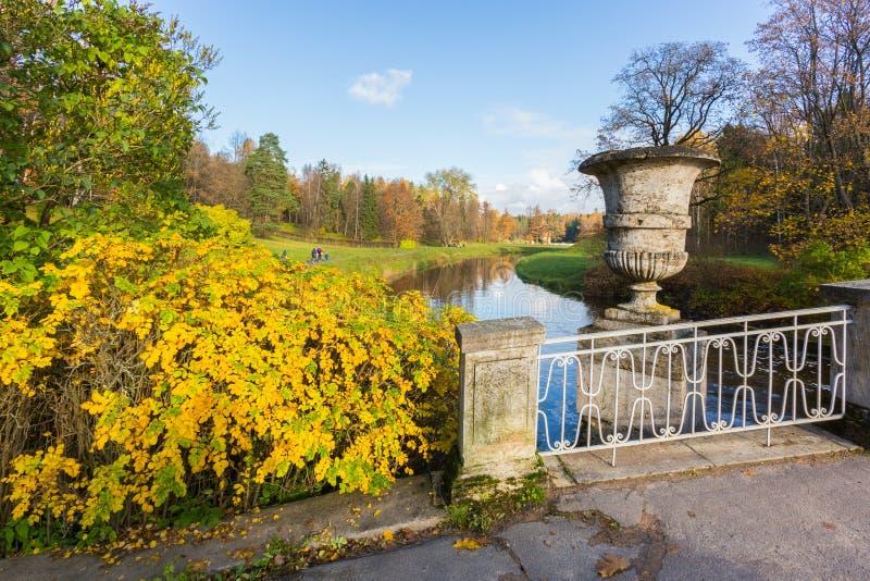 Den ljusa hösten landskap arkivfoto