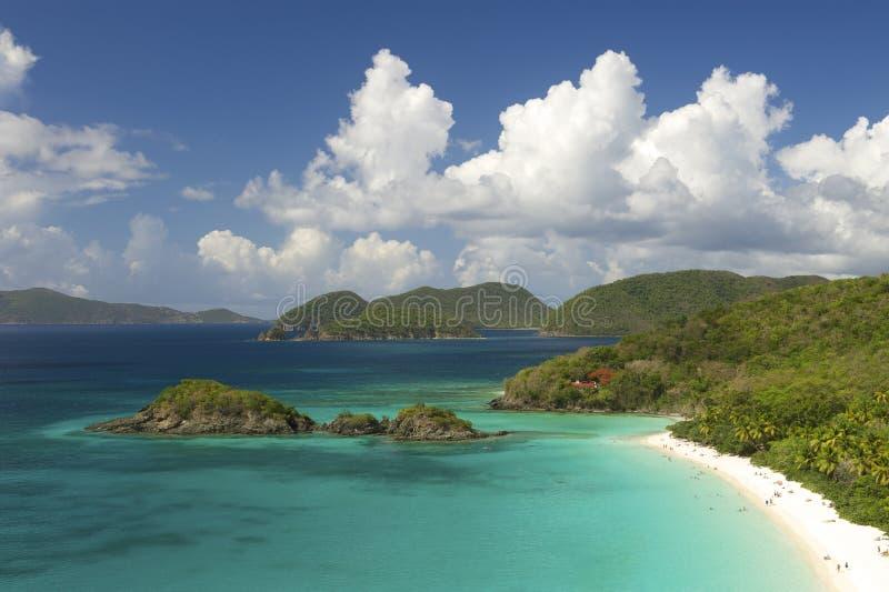 Den ljusa karibiska stranden förbiser horisontalJungfruöarna arkivbild