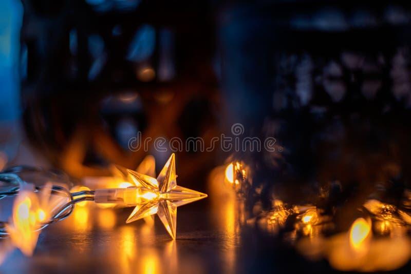 Den ljusa kedjan och stearinljus skapar en mysig atmosfär romantiker Jul arkivfoto
