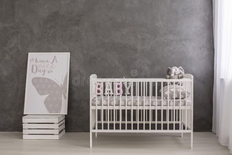 Den ljusa och moderna barnkammaren för ditt behandla som ett barn flickan arkivbilder