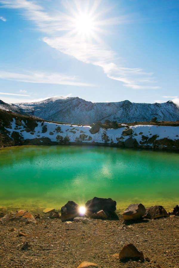 Den ljusa solen är glänsande och reflektera på vattnet av den unika blåa turkossjön som är bekant som smaragd sjön i den Tongarir royaltyfria bilder