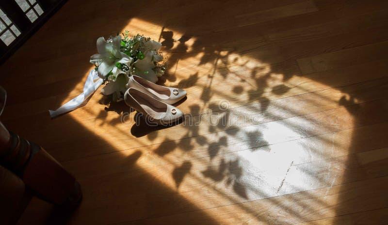 Den ljusa sommarbröllopbuketten ligger på träbänken Solljus på att gifta sig dekorativa detaljer fotografering för bildbyråer