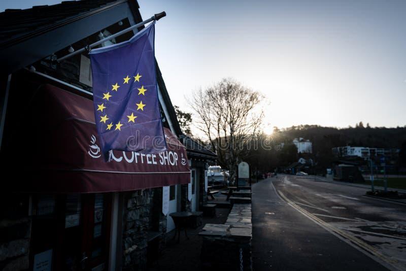 Den lokala affären flyger EU-flaggan under den Brexit krisen arkivbild