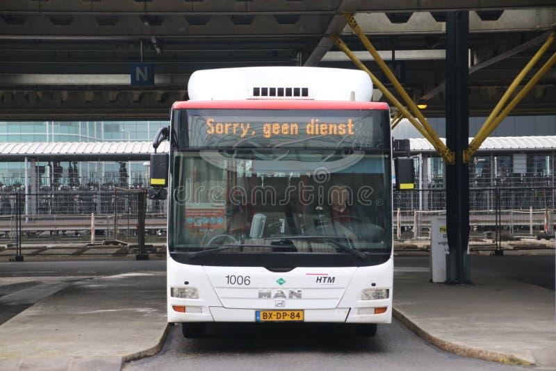 Den lokala bussen på stationen av Den Haag Centraal numret 1006 av HTM-rykte utan service, i holländskt ledset geen dienst royaltyfria foton