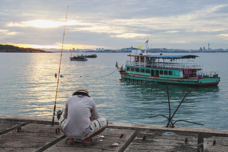 Den lokala mannen går att fiska för mat royaltyfri foto