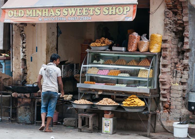 Den lokala sötsaken och mellanmålet shoppar i Amritsar royaltyfri fotografi