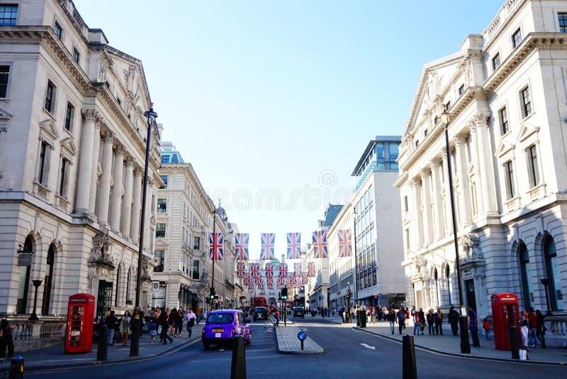 Den London gatan med UK sjunker att fira kungligt bröllop arkivfoto