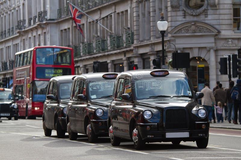 den london s gatan taxar royaltyfri fotografi