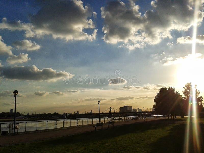 Den London stadsflygplatsen, kungliga Albert ansluter solnedgång royaltyfria bilder