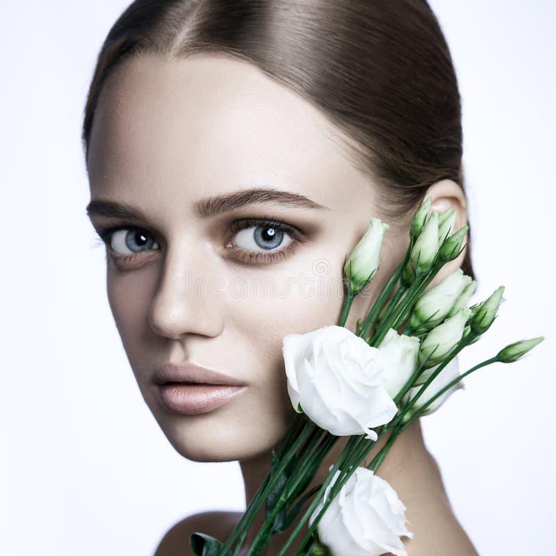 Den lugna skönhetmodemodellen Woman vänder mot Stående med vitrosblomman royaltyfria bilder