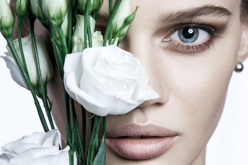 Den lugna skönhetmodemodellen Woman vänder mot Stående med vitrosblomman arkivfoton