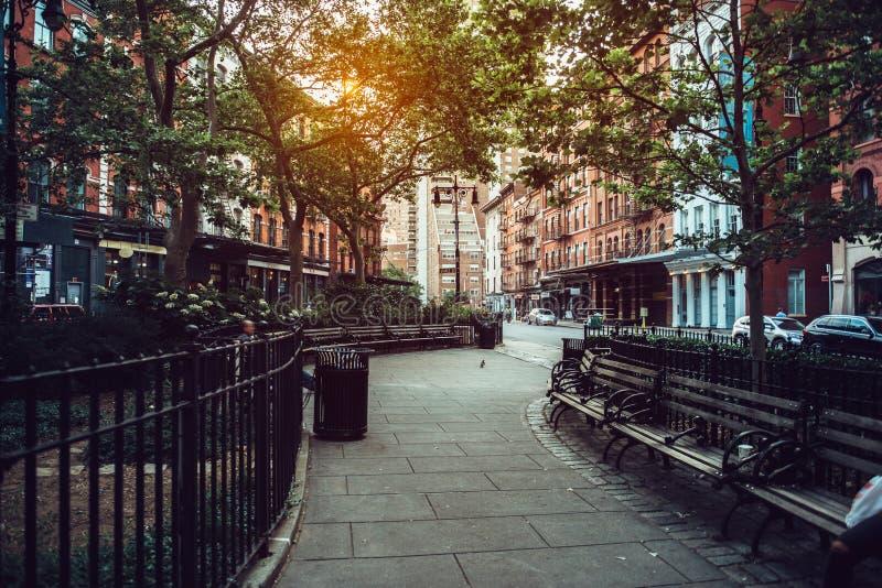 Den lugna stadsgatan parkerar under solljus i Manhattan, New York City arkivbilder