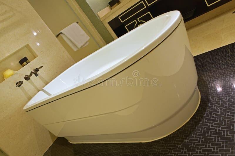 Den lutade sikten av det klassiska designbadrummet med det stora badkaret, den glänsande marmorväggen och versace inspirerade den arkivfoto