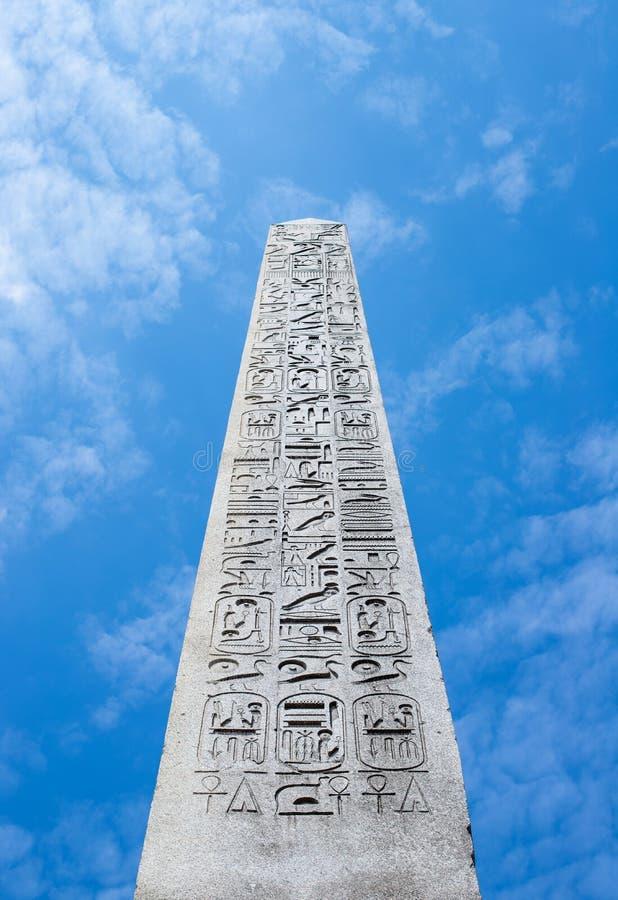 Den Luxor obelisken mot blå himmel i Paris, Frankrike royaltyfri fotografi