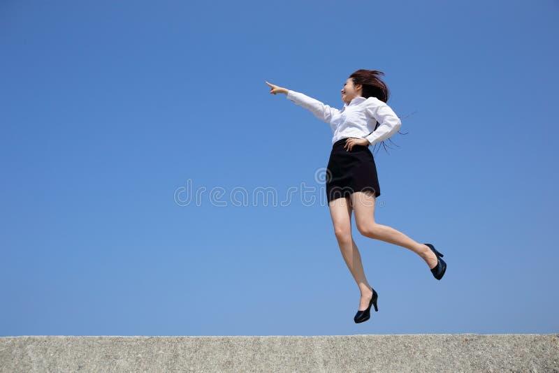 Den lyckade affärskvinnan hoppar royaltyfri bild