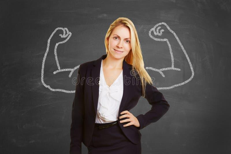 Den lyckade affärskvinnan med fejkar muskler royaltyfri fotografi