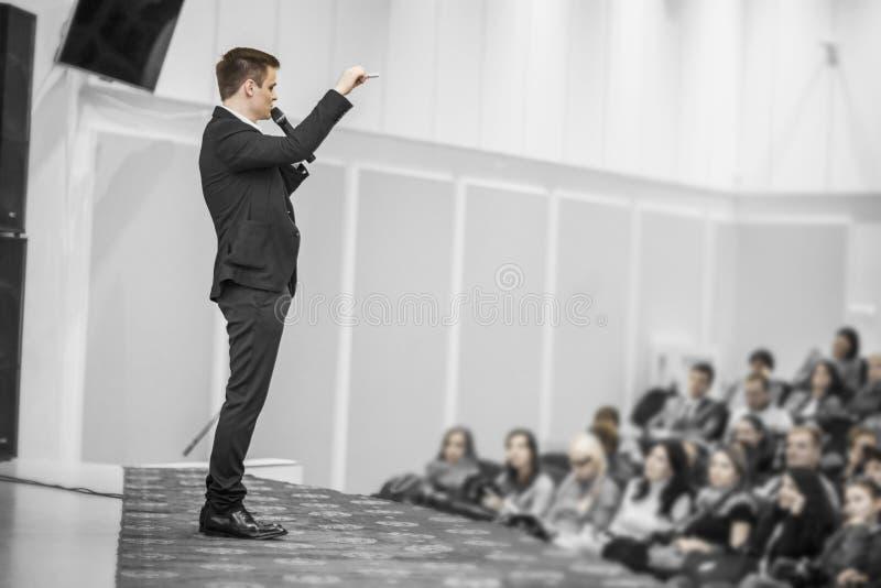 Den lyckade affärsmannen rymmer affärskonferensen för pressen royaltyfria bilder